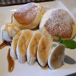 cafeとまり木 - 料理写真:スフレパンケーキ・キャラメルバナナ(900円)