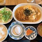 ぱる亭 - 【2019年04月】ゴールデンカツ定食@850円、提供時。ちなみに、この段階では「サラダはドレッシングかけ忘れ、味噌汁は即席で混ぜられてなく、底に味噌が固まったまま」でした(>_<)。