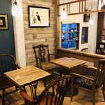 カフェ スワロー - 様々な椅子があります