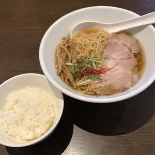 麺屋すみか - 料理写真:淡麗醤油らーめん740円、小ライス90円