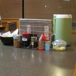 小平うどん - テーブルにセットされています。