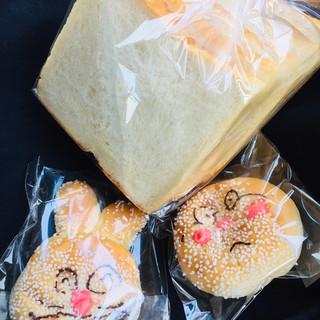 つるりんどう - 料理写真:食パン、ピカチュー、あんぱんマン!!
