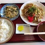 セブン - 料理写真:焼きそば定食(700円)