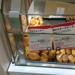 107048215 - プチウインナー、窯からチーズケーキ