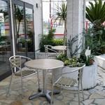 CARI cafe - テラス席の様子