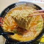 トマトラーメンと辛めん 三味 - 細麺がスープが絡んで美味しそう^^