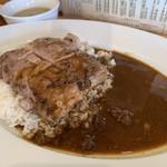 食堂 肉左衛門 - とんてきカレー。カレーは甘く少し酸味がし後から少し辛さくる甘辛カレー。とんてきは若干豚臭さがあるものの分厚く柔らかで食べ応えはある。
