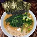 横浜家系千種家 - ラーメン700円麺硬め。ほうれん草増し100円。
