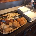 あるくカフェ - 焼きたてパン。 どれもとてもいい味でした