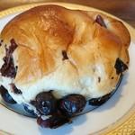 小西のパン - 生地はしっとり、黒豆の味が引き立ちます