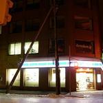 10710970 - ローソンのビル地下です。大通りにも看板がありますが入り口は東向き、ローソン右手