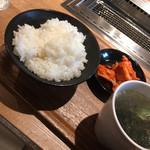 精肉店直営 焼肉定食 やまと - ご飯、ワカメスープ、キムチ