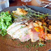 Bistro D'-休日お肉のランチプレート2,160円、スペイン産栗豚のグリエ