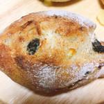 107119077 - レーズンとオレンジのパン
