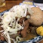大衆酒場 まるは - 横芝豚のもつ煮込み。味玉トッピング。