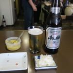 鳥よし - ビール大瓶 800円、お通し(大根漬け物)無料サービス