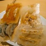 107130377 - 焼餃子の盛り合わせ4種  799円(税別)  基本のアベル黒豚(右下)、後は時計回りに紫蘇、チェダー×ゴーダのチーズ、にんにくが各2個ずつ。1個当たり20gの小さすぎない餃子です。しそのには梅酢付。
