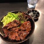 焼肉丼 たどん - ハラミ丼(750円)