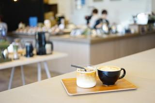 ロクメイコーヒー TOMIO ROASTERY - CAFE LATTE (¥550)