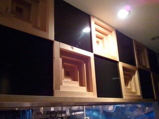 麺屋宗&SOU 中目黒店 - カウンター上の壁面。 埋め込みのスピーカーなのかなぁ~? かなりお洒落ですねぇ~!