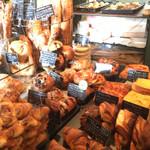 107161550 - 魅力的なパンが並びます