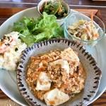 にしまきごはん - この日のメニューは「ベジ麻婆豆腐、ポテトサラダ、ほうれん草ごま和え、 キャベツの玄米ビーフン炒め」とのこと