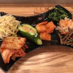 炭火焼肉バル AGITO HIRAO - 自家製ナムルとキムチの盛り合わせ