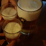 107189878 - それぞれビールで乾杯