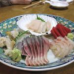 焼きものはせ川 - 刺身盛り合わせ。マスターのしめ鯖のしめ具合が超絶妙です。