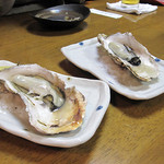 焼きものはせ川 - 焼き牡蠣。火の通し方が絶妙で一番美味しいポイントで食べさせてくれます。