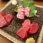 馬肉料理・まぐろと日本酒の店 赤味処馬ぐろ - 馬刺し三種食べ比べ(1,580円)