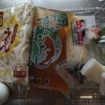 冨美家 - おうどん、お出汁、カマボコ、餅2個、お麩、シイタケ、海老天、卵、九条ネギ、七味唐辛子