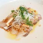 井上誠耕園 ファームズテーブル 忠左衛門 - オリーブオイルをかけた地魚のカルパッチョ(桜鯛)