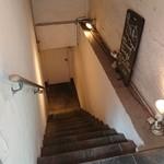 エニシ - 階段をおりて