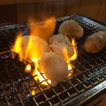 ホルモン・焼肉 石大 - 塩ホルモン 焼き焼き風景