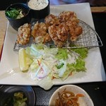 魚輝水産 - 唐揚げと小鉢。