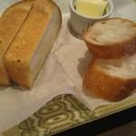 107214197 - 玉ねぎパンとバゲット