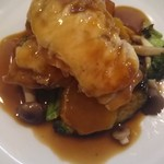 107214201 - 鶏もも肉の生ハムとチーズのせやき マデラソース