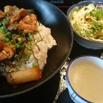 やきとり六角道 - 焼き鳥丼 650円 サラダにスープに漬物付き