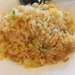 107224657 - シャキシャキレタスや卵たっぷりの炒飯は、しっかり油でコーティングされお米1粒1粒がパラパラ