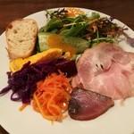Taberunarakiave - ランチのサラダは+100円で前菜盛り合わせに、香ばしい炙りカツオやクミンが効いたキャロットラペなど