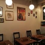 Taberunarakiave - フランス風のポスターが飾られ、お洒落な雰囲気の店内