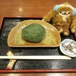 甘味処 いっぷく亭 - 【おはぎセット1個¥450】季節限定よもぎ withクワッチ おはぎの大きさは、クワッチの胴体(8×10cm)位でした