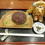 甘味処 いっぷく亭 - 【おはぎセット1個¥450】あずき withクワッチ おはぎの大きさは、クワッチの胴体(8×10cm)位でした
