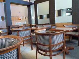 カフェ ド シエル - ガラガラ…店内中央のテーブル席
