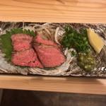 昼はつけそば屋 夜は立ち飲み屋 - 九州醤油漬けローストビーフ