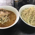 ラーメン二郎 - ごま味つけ麺、麺の丼がつけダレより大きい