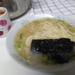 博多だるま - スープと麺のみ入ってました・これで1500円(税別)は高いと思うけど、美味しかった笑