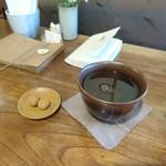 なたね - 食後サービスのきな粉玉とお茶
