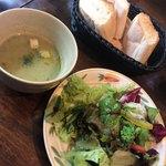 107259179 - サラダ、スープ、パン
